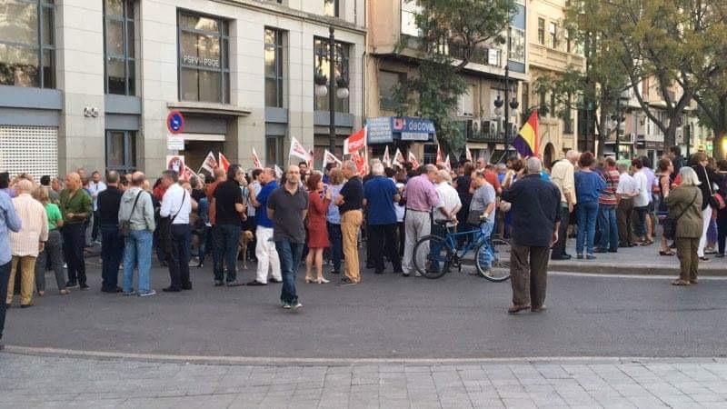 Valencia, manifestazione a sostegno di Pedro Sánchez