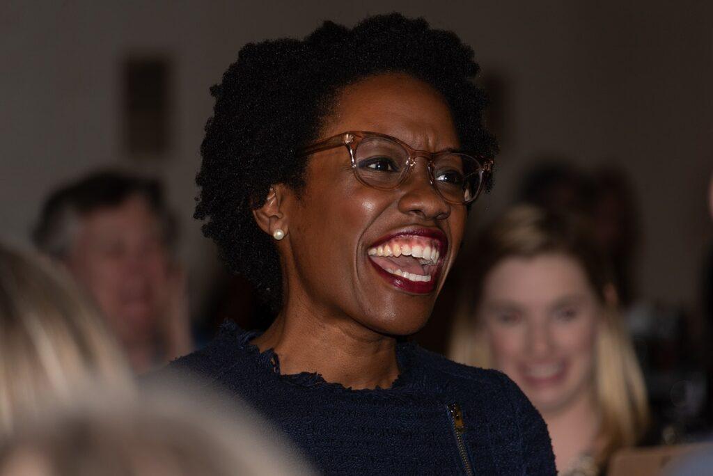 Lauren Ashley Underwood è membro della Camera dei rappresentanti per lo stato dell'Illinois. Prima di essere eletta, è stata anche consulente sanitario del Presidente Obama